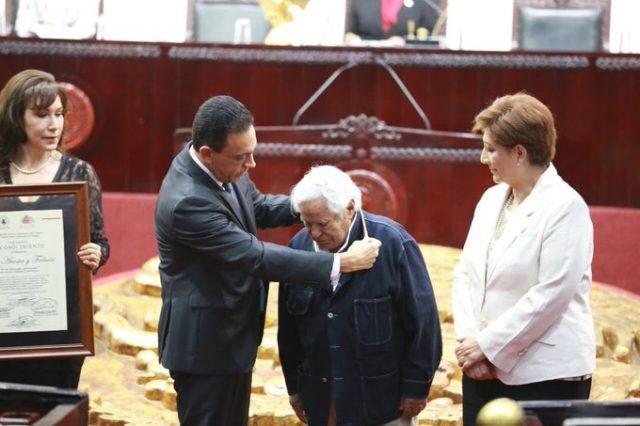 , BIEN MERECIDA. Entregan presea Pedro María Anaya a Leo Acosta